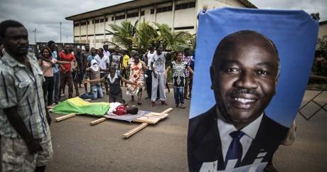 Une affiche à l'effigie du président sortant, Ali Bongo. MARCO LONGARI / AFP