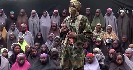 Capture d'écran de la vidéo diffusée par Boko Haram le 14 août avec des lycéennes de Chibok. HO / AFP