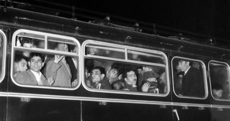 Des Algériens arrêtés par la police française et entassés dans un bus, le 17 octobre 1961 à Paris. Inconnu / UPI / AFP