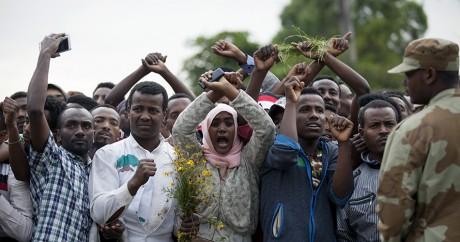 Des membres de l'ethnie oromo font le signe de croix au dessus de leur tête, le 2 octobre à Bishoftu. Zacharias ABUBEKER / AFP