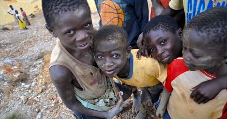 Des enfants montrant leur récolte de cuivre, composant de base des smartphones, en RDC. Photo Fairphone via Flickr. CC BY-NC