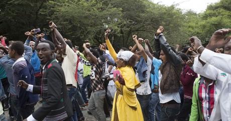 Des membres de la communauté Oromo protestent contre le régime à Bishoftu, le 2 octobre 2016. ZACHARIAS ABUBEKER / AFP