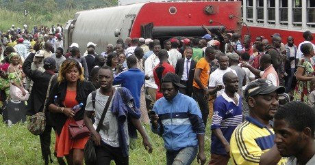 Des passagers descendent du train accidenté à Eseka, le 21 octobre 2016. STRINGER / AFP