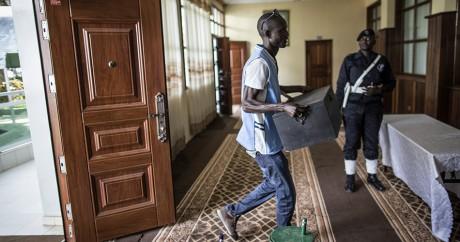 Un membre de la commission électorale apporte des billes pour le scrutin. Marco LONGARI / AFP