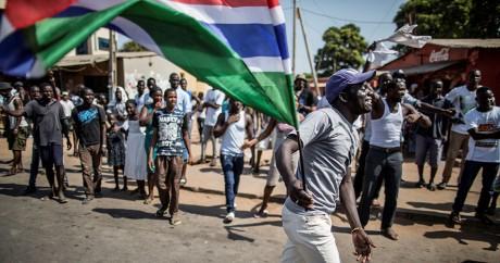 Des Gambiens célèbrent la victoire du leader de l'opposition Adama Barrow, le 2 décembre 2016. MARCO LONGARI / AFP