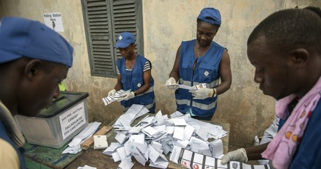 Décompte des bulletins dans un bureau de vote à Accra, le 7 décembre. Crédit photo: CRISTINA ALDEHUELA / AFP