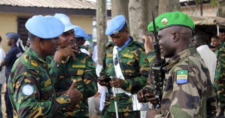 Un soldat gabonais de la MISCA discute avec des casques bleus du Bangladesh, le 24 septembre 2014 à Bangui. AFP/PABANDJI