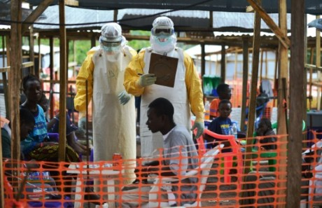 Des médecins de MSF dans une unité de soins au Sierre Leone, me 15 août 2014. Crédit photo: AFP/Carl de Souza