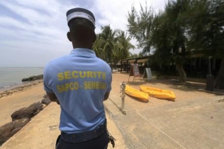 Un agent de sécurité patrouille sur une plage de Saly, au Sénégal le 6 avril 2016. Crédit photo: AFP