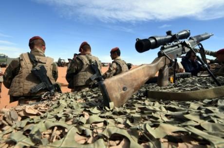 Des militaires français de l'opération Barkhane le 1er janvier 2015 à la frontière entre le Niger et la Libye. AFP/D.Faget