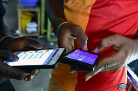 Des ivoiriens lisent des articles sur internet, le 30 septembre 2016 à Abidjan AFP ISSOUF SANOGO