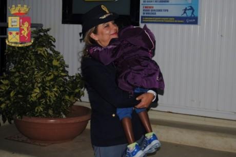 Oumoh, petite Ivoirienne de 4 ans, a retrouvé sa mère à Lampedusa, le 5 novembre 2016. Polizia di Stato/AF