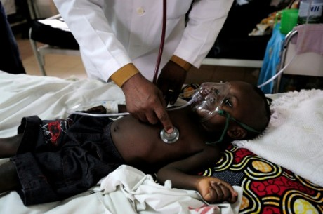 Un médecin ausculte un enfant à l'hôpital de Kigali, le 1er septembre 2010 au Rwanda AFP/Archives Shannon Jensen