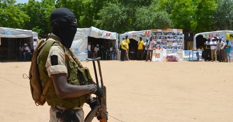 Un soldat de l'armée nigériane surveille un centre de réfugiés à Diffa au Niger,  le 17 août 2016. BOUREIMA HAMA / AFP