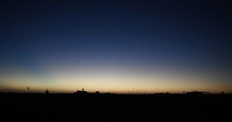 Le jour se lève sur une base française à Gao, le 13 janvier 2017. STEPHANE DE SAKUTIN / AFP