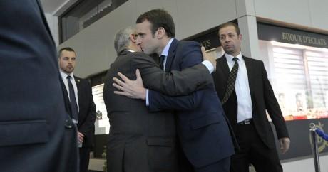 Emmanuel Macron embrasse le ministre des affaires étrangères Ramtane Lamamra, le 13 février 2017 à Alger. RYAD KRAMDI/AFP