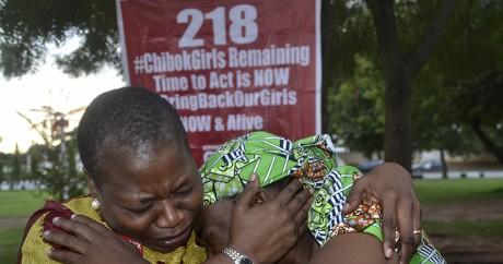 Des proches des lycéennes en larmes après la diffusion d'une vidéo par Boko Haram en août 2016. AFP/Stringer