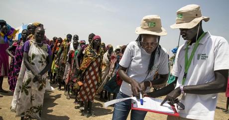 Deux employés de l'ONG allemande Welthungerhilfe au Soudan du Sud, le 4 mars 2017. LBERT GONZALEZ FARRAN /AFP