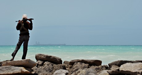 Un pirate somalien sur la côte de Hobyo en 2010. ROBERTO SCHMIDT / AFP