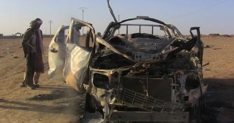 Une carcasse de voiture piégée dans la région de Kidal au Mali, le 8 octobre 2016. STRINGER / AFP