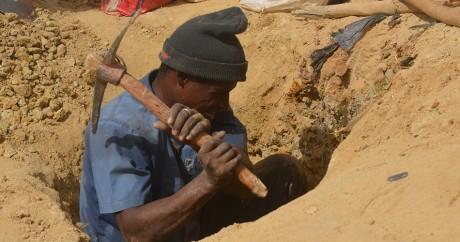 Un homme creuse le sol à la mine de Kafa-Koira au Niger, le 25 avril 2017. BOUREIMA HAMA / AFP