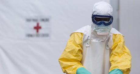 Un membre du personnel médical du centre anti-Ebola de Macenta en Guinée en 2014. KENZO TRIBOUILLARD / AFP