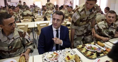 Emmanuel Macron mange avec des militaires français à Gao, le 19 mai 2017. CHRISTOPHE PETIT TESSON / POOL / AFP