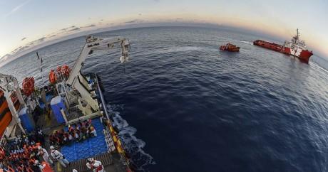 Un bateau de l'ONG «Moas» secourt des migrants au large de la Libye, le 4 novembre 2016. ANDREAS SOLARO / AFP