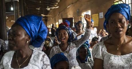 Des Nigérianes chantent dans l'église d'Aba au Biafra, le 28 mai 2017. TEFAN HEUNIS / AFP