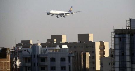 Un avion au-dessus de la ville de Khartoum le 18 janvier 2014. EBRAHIM HAMID / AFP