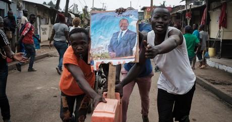 Des partisans de Raila Odinga saluent la décision de la Cour suprême, à Nairobi le 1er septembre 2017. YASUYOSHI CHIBA / AFP