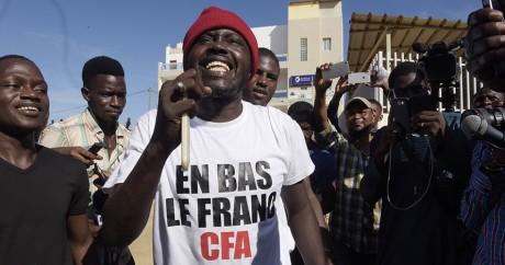 Des supporters de Kémi Seba fêtent la libération de l'activiste à Dakar, le 29 août 2017. SEYLLOU / AFP