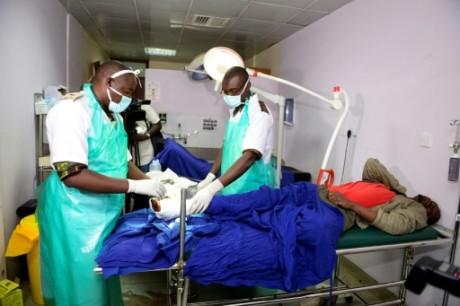Des médecins kényans prennent en charge un homme blessé à l'hôpital national de Kenyatta, à Nairobi, le 10 décembre 2016 AFP