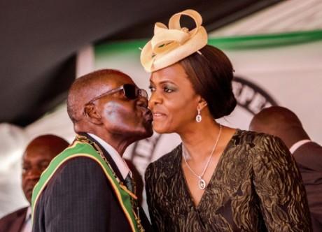 Robert Mugabe embrasse son épouse Grace à Harare le 18 avril 2017. AFP/Jesekai Njikizana