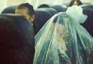 Un juif orthodoxe prend l'avion emballé dans un sac en plastique