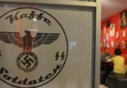 """Indonésie: le """"café nazi"""" retire les croix gammées mais pas le portrait de Hitler"""