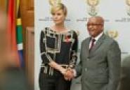 Charlize Theron, magnifique avec ses cheveux qui repoussent, pour une rencontre au sommet avec le président Zuma en Afrique du Sud