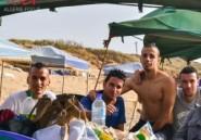 Fuyant la chaleur, des familles algériennes rompent le jeûne sur les plages