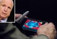 John McCain surpris jouant au poker pendant une discussion sur l'intervention américaine en Syrie