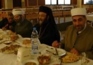 Des responsables religieux libanais et des réfugiés syriens réunis autour d'un repas