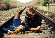 Ils font l'amour sur une ligne de chemin de fer, elle meurt et lui perd ses deux jambes