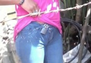 Jaloux, il ferme le pantalon de sa copine avec un cadenas