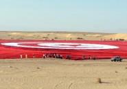 """Des Tunisiens déploient """"le plus grand drapeau du monde"""""""