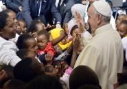 Le pape François accueilli chaleureusement dans le bidonville kényan de Kangemi