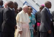 Centrafrique: le pape monte dans sa papamobile devant la colombe de la réconciliation