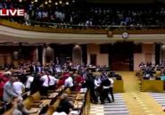 VIDEO. Une violente bagarre entre l'opposition et le service d'ordre au parlement sud-africain