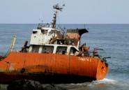 Au Liberia, un bateau fantôme échoué sur une plage intrigue et inquiète