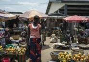 Sierra Leone: une foule se rue sur des poulets avariés enterrés dans une décharge