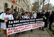 Des parents d'enfants adoptés en RDC manifestent pour les faire venir en France