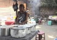 A Kinshasa, l'essor des malewa, gargotes de rue d'une capitale en crise